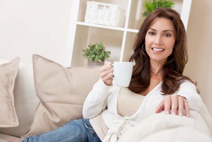 Женщина держит чашку