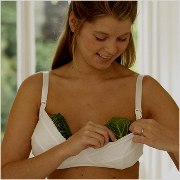 Женщина делает компресс из капустных листьев