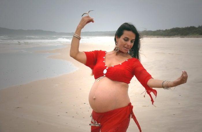 Беременная исполняет восточный танец