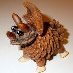 Маленький динозаврик из сосновой шишки, грецкого ореха и желудей