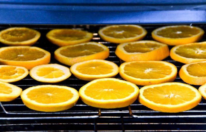 Апельсины просушиваются в разогретой духовке