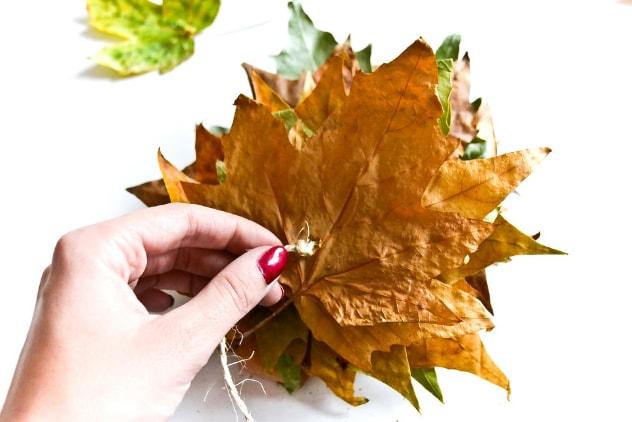 В листьях делается отверстие