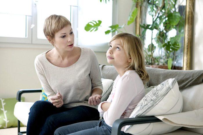 Мать говорит с дочкой, девочка недовольна и демонстративно смотрит вверх