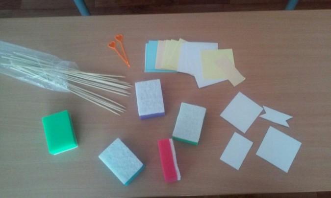 Материалы для создания парусника: губки, шпажки, листочки бумаги