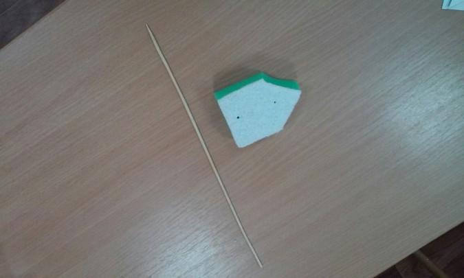 Поролоновая губка со срезанными с одной стороны углами, рядом лежит деревянная шпажка