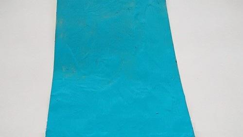 Картонная основа покрыта голубым пластилином