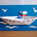 Открытка с приклеенным корабликом в технике оригами