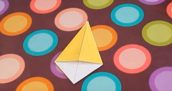 Квадрат жёлтой бумаги, свёрнутый в виде ромба