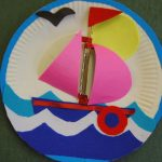 Аппликация кораблика, выполненная на пластиковой тарелке