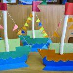 Парусники из картона, украшенные разноцветными флажками