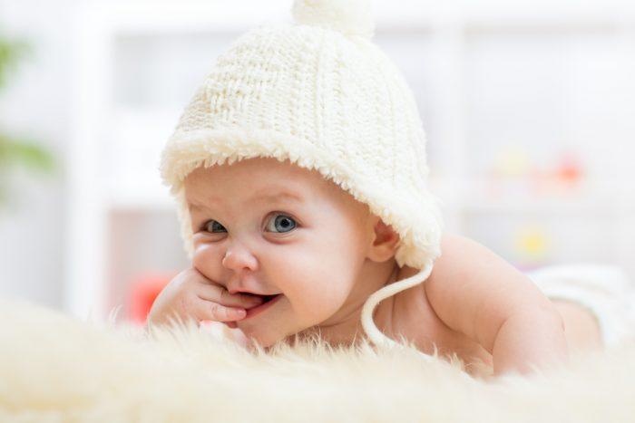 Малыш пяти месяцев лежит на животе