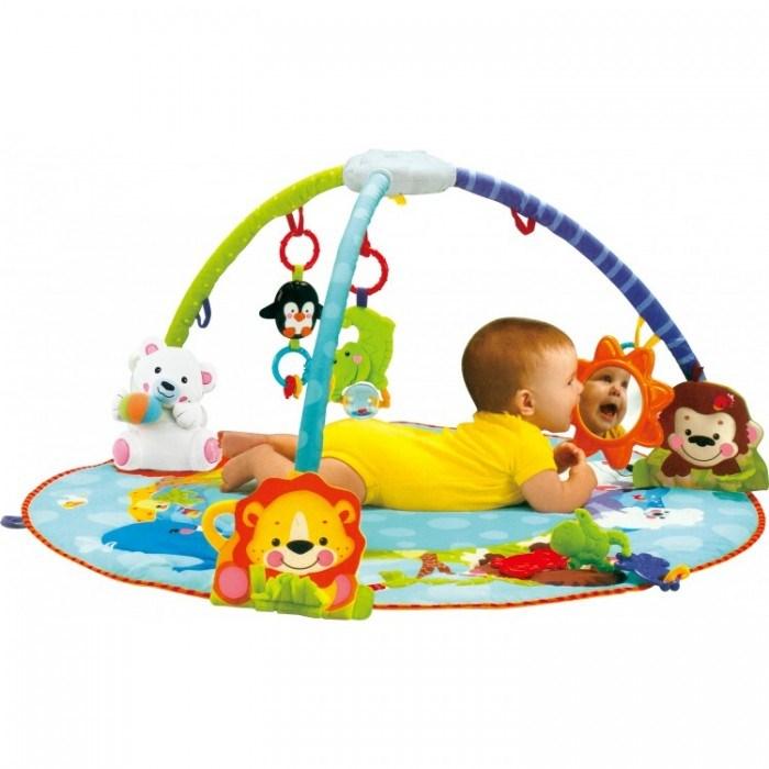 Ребёнок на игровом развивающем коврике