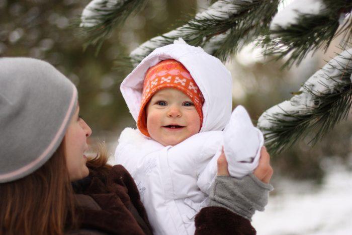 Ребёнок 7 месяцев на прогулке зимой