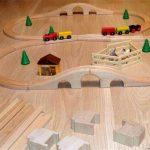 Деревянная железная дорога на полу