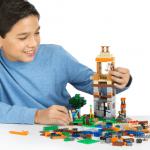 Мальчик собирает Lego