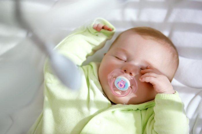 Грудничок спит с пустышкой