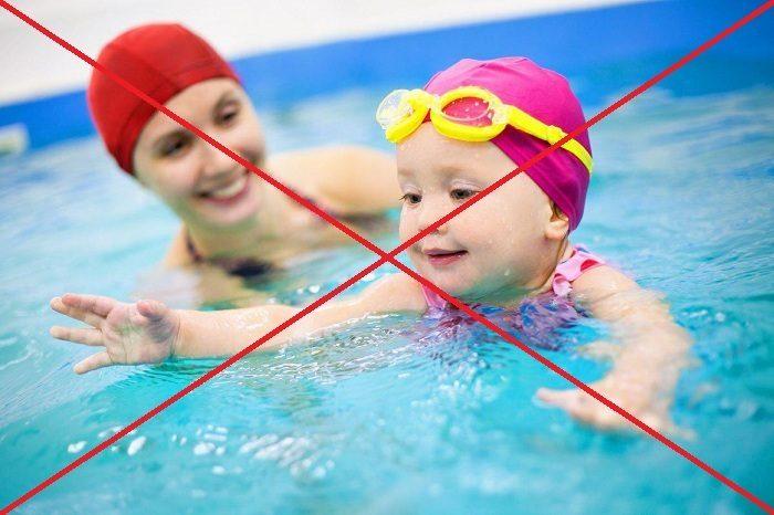 Девочка с мамой в бассейне