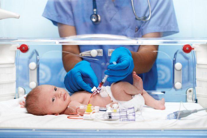 Недоношенный ребёнок в кувезе