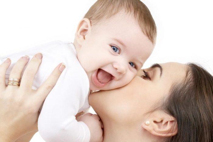 Счастливый малыш с мамой