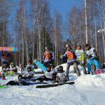 подростки на сноубордах