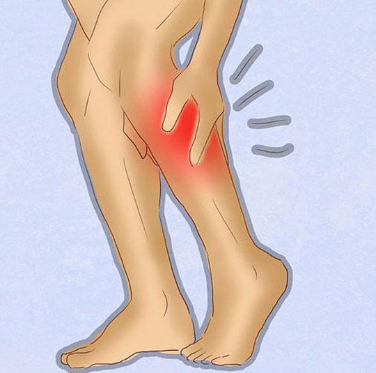 Область икры на ноге обозначена красным цветом, рука гладит ногу