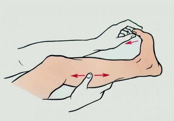 Рука тянет пальцы ноги на себя, другая рука держит икру
