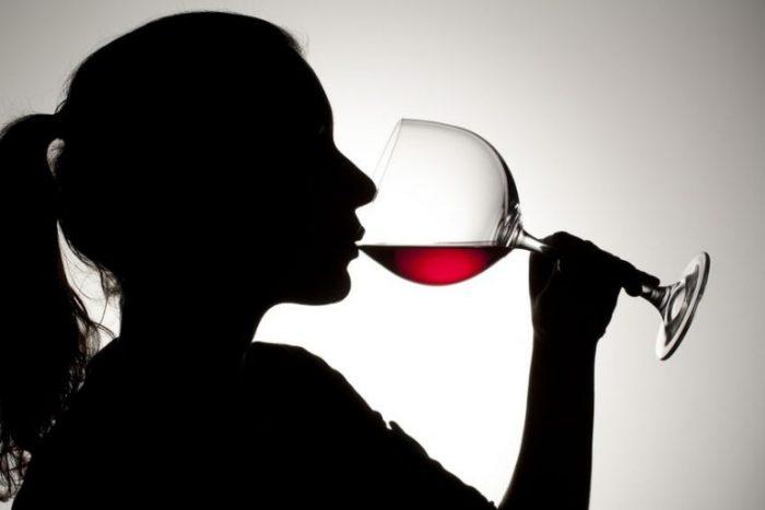 Женщина пьёт вино