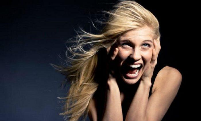 Женщина смеётся от страха