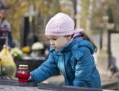 Родителям стоит хорошо подумать, прежде чем взять ребёнка на кладбище