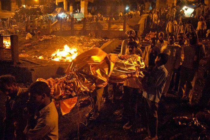 Погребальный костёр в Индии, люди несут тело покойного