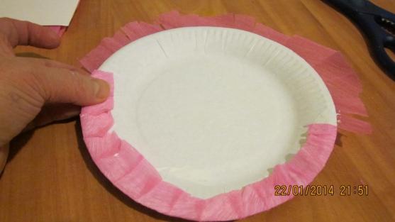 Наружняя часть тарелки и её края обклеены гофрированной бумагой