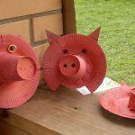 Забавные свиные мордочки из тарелки и стакана