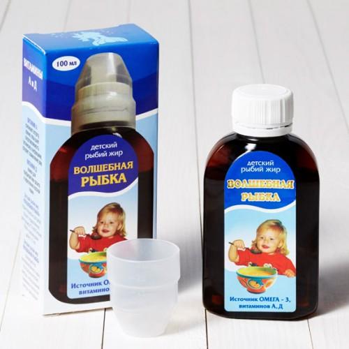 Детский рыбий жир в бутылке рядом с картонной коробкой