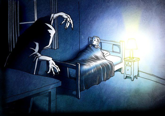 Ребёнок в спальне видит зловещее существо в плаще с капюшоном