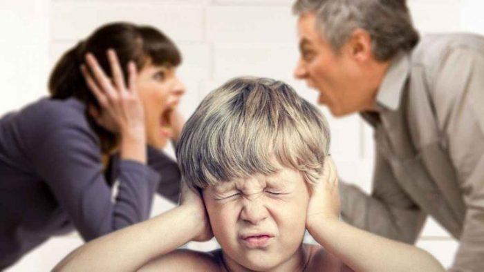 Взрослые ругаются при ребёнке