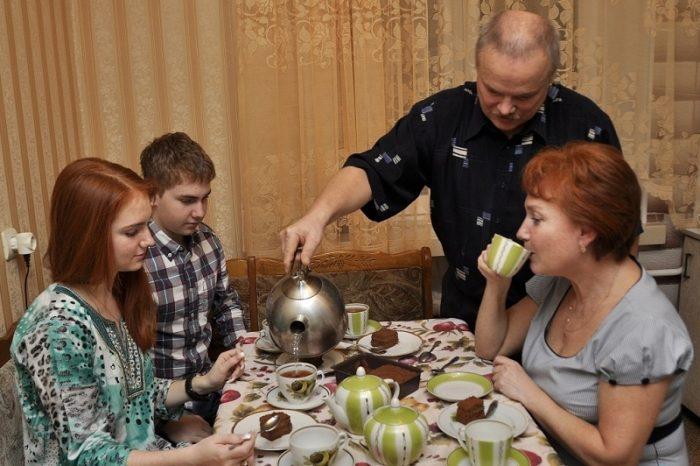 Семья пьёт чай с тортом