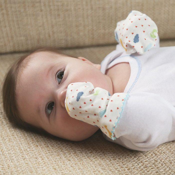 Младенец в рукавичках-царапках