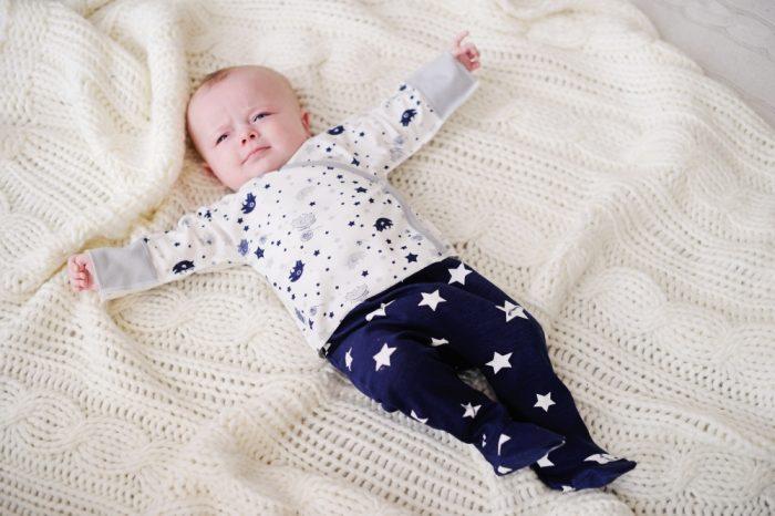 Младенец в ползунках и распашонках