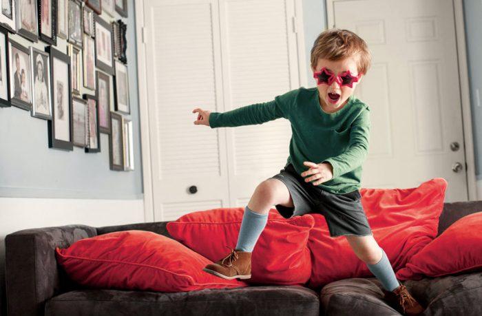 Мальчик скачет по дивану
