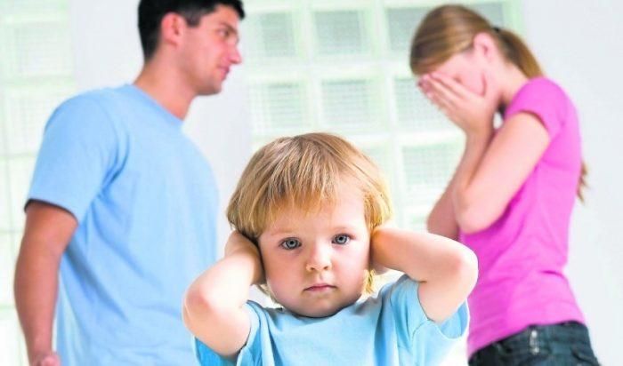 Родители выясняют отношения при ребёнке, мальчик закрыл уши руками