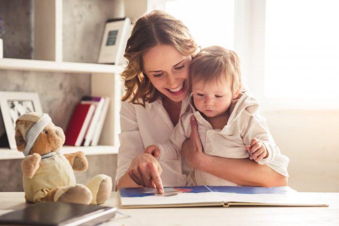 Мама с маленьким мальчиком рассматривают книгу с картинками