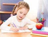 Ребёнок учится правильно держать ручку