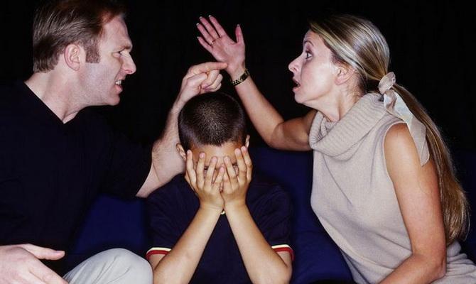 Взрослые ссорятся при ребёнке