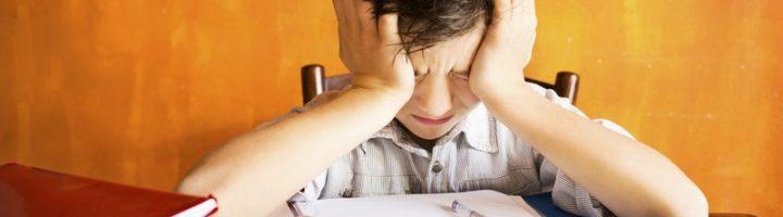 Многие школьники на определённом этапе отказываются учиться и делать уроки, задача же родителей – устраниться причину такого поведения.