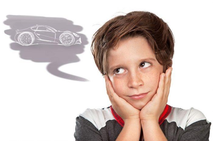 Мальчик представляет автомобиль