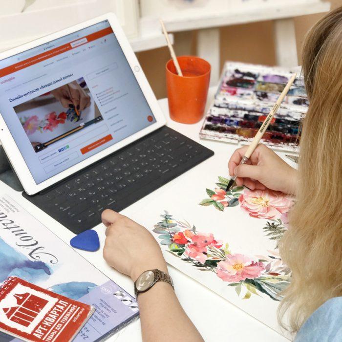 Женщина рисует, опираясь на мастер-класс в интернете