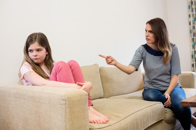 Мать ругается на дочь-подростка, девочка отворачивается от неё