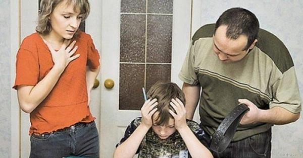 Мальчик делает уроки, рядом папа с ремнём и мама хватается за грудь
