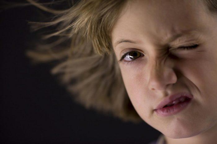 У девочки нервный тик — она зажмуривает один глаз