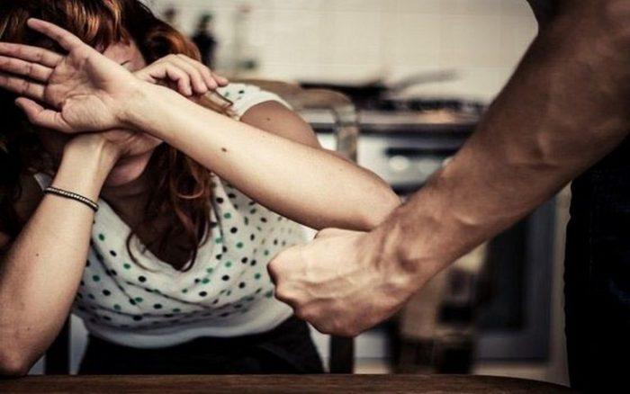 Женщина закрывается от удара мужчины
